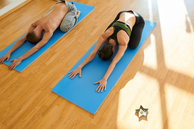 Pessoas fazendo exercícios de compensação de ioga