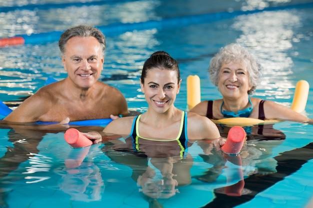 Pessoas fazendo exercícios em uma piscina