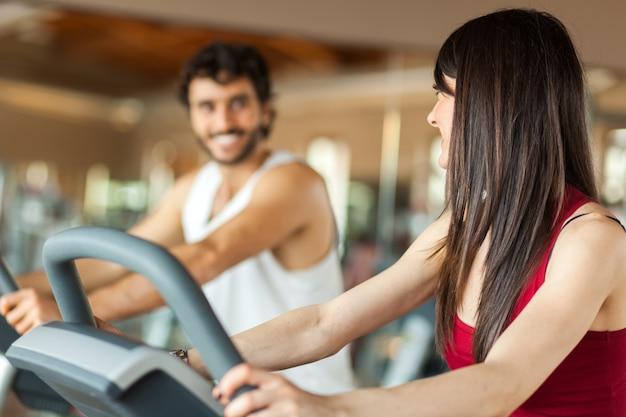 Pessoas fazendo fitness e conversando entre si
