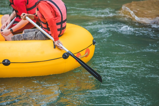 Pessoas fazendo rafting no mountain river copy space