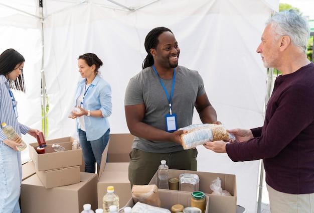 Pessoas fazendo trabalho voluntário em um banco de alimentos