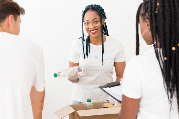 Pessoas fazendo trabalhos de caridade