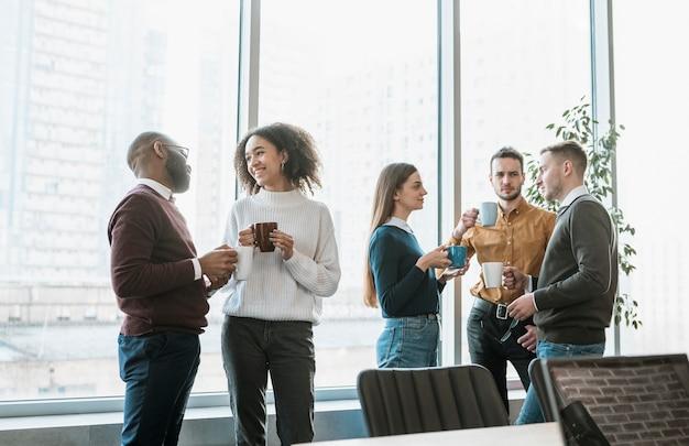 Pessoas fazendo uma pausa para o café de uma reunião