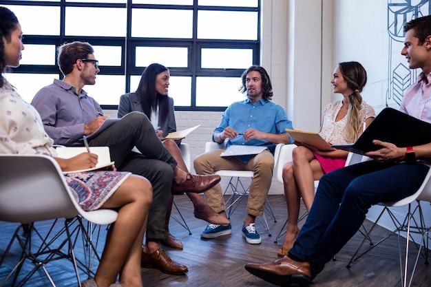 Pessoas fazendo uma reunião