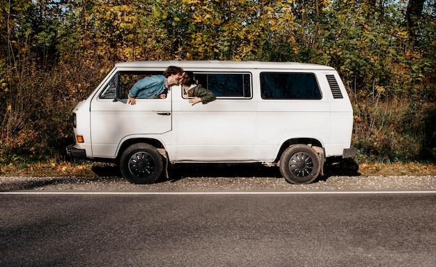 Pessoas fazendo uma viagem em uma van branca