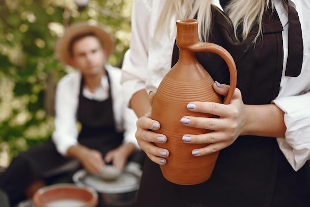Pessoas fazendo vasos com argila