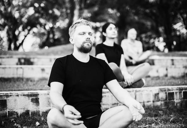 Pessoas fazendo yoga no parque