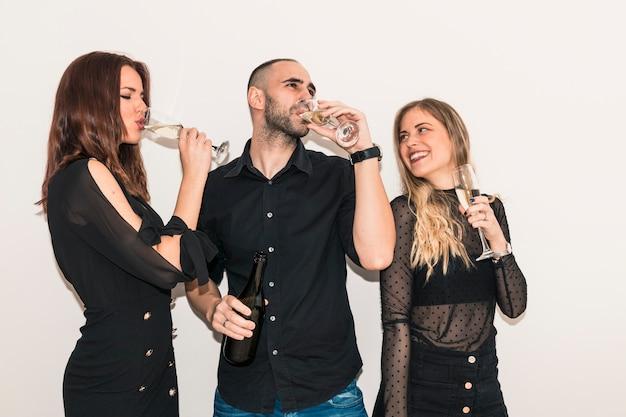 Pessoas felizes, bebendo champanhe de óculos