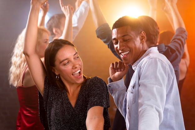Pessoas felizes dançando em plano médio