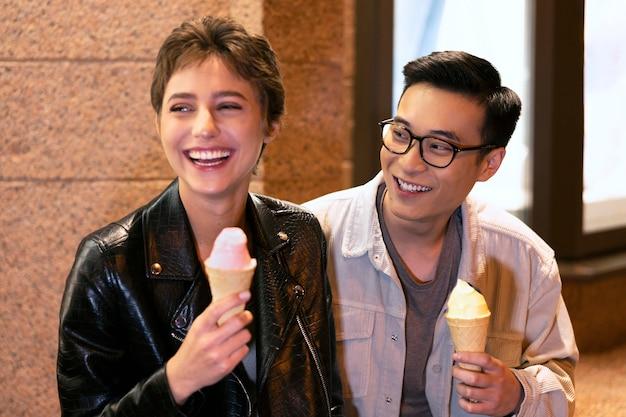 Pessoas felizes de tiro médio segurando sorvete