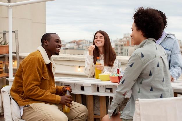 Pessoas felizes em dose média com bebidas