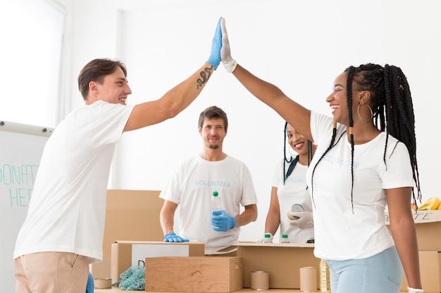 Pessoas felizes se oferecendo para causas especiais
