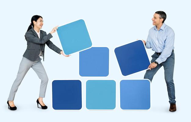 Pessoas felizes segurando blocos azuis