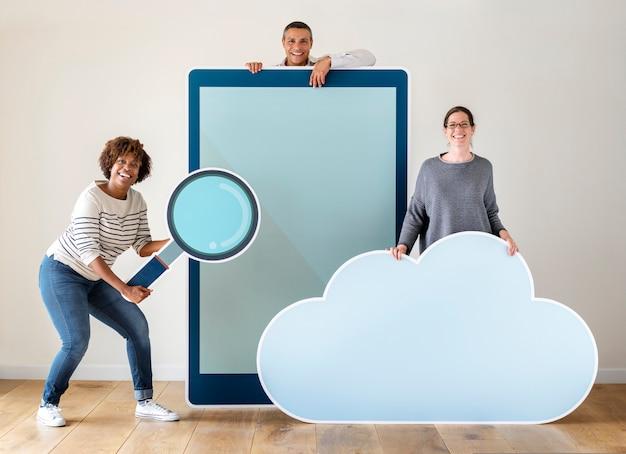 Pessoas felizes, segurando o tablet com gráficos