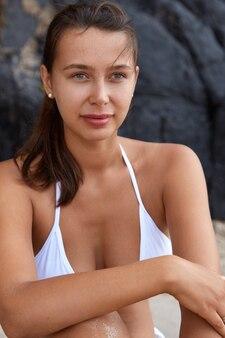 Pessoas, férias, beleza, conceito de estilo de vida. uma jovem europeia sonhadora a olhar pensativamente para a distância