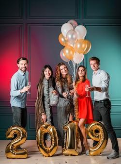 Pessoas, ficar, com, 2019, inscrição, de, balões ouro