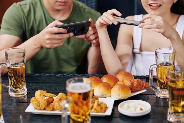 Pessoas fotografando comida