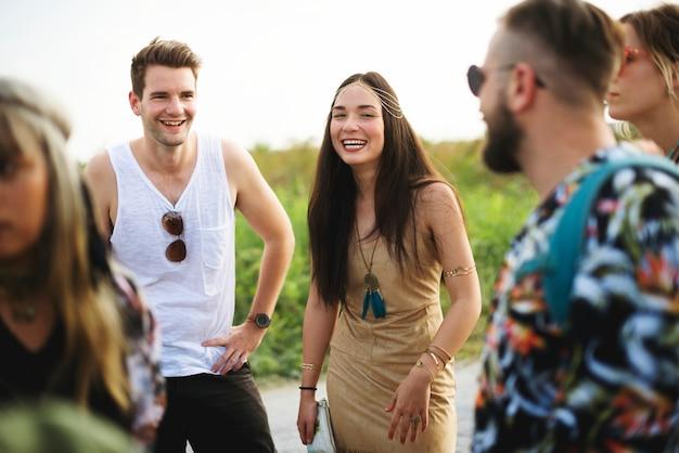 Pessoas gostando de falar juntos no festival de concertos de música