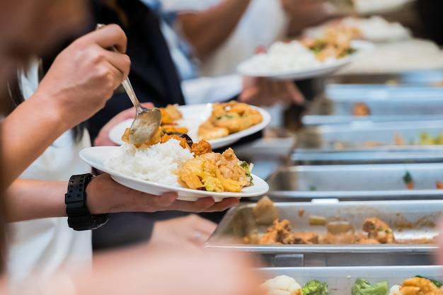 Pessoas, grupo, bufê, alimento catering, indoor, em, luxo, restaurante, com, carne, coloridos, frutas, e, vegetabl