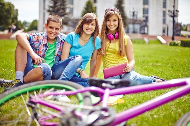 Pessoas grupo ocasional do verão