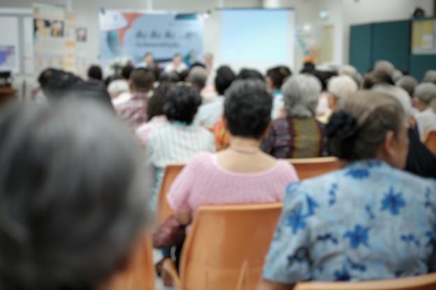Pessoas idosas embaçadas no evento de seminário de idosos