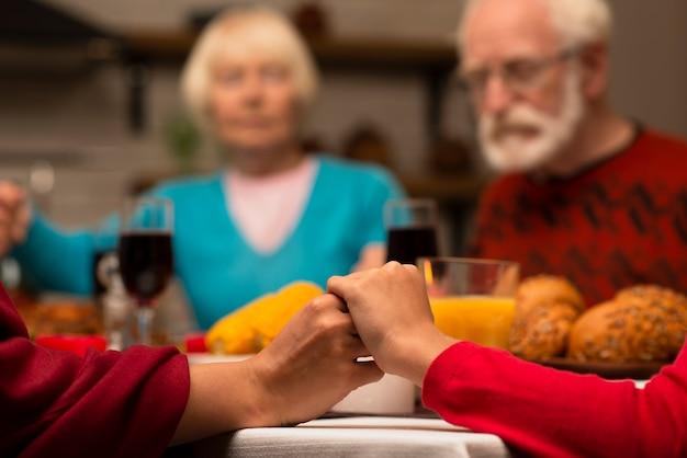 Pessoas idosas na mesa de jantar
