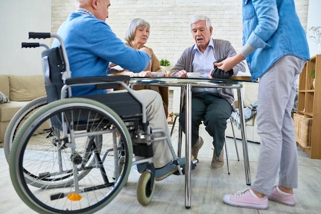 Pessoas idosas no lar de idosos