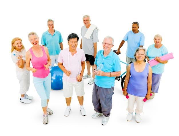 Pessoas idosas saudáveis no ginásio