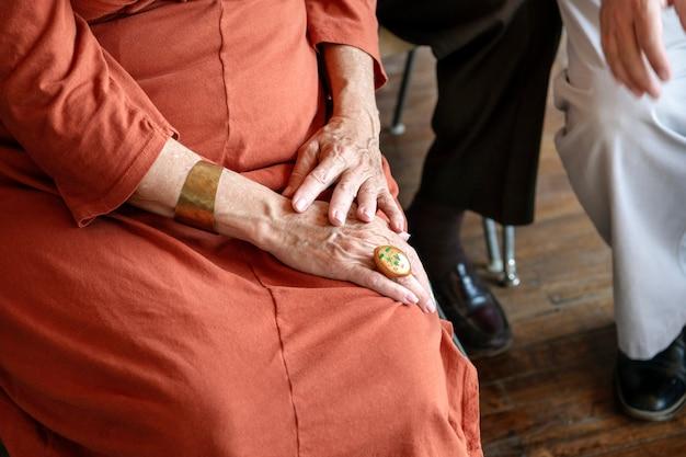 Pessoas idosas sentadas no seminário