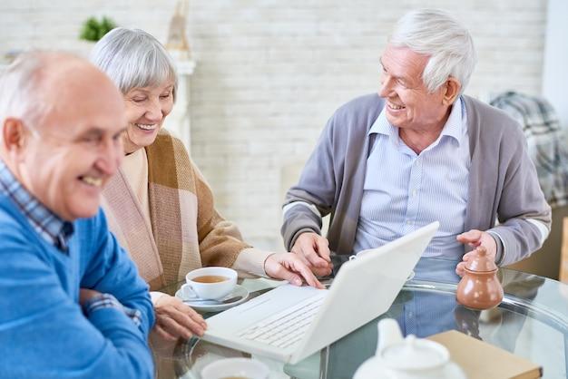 Pessoas idosas usando laptop no lar de idosos