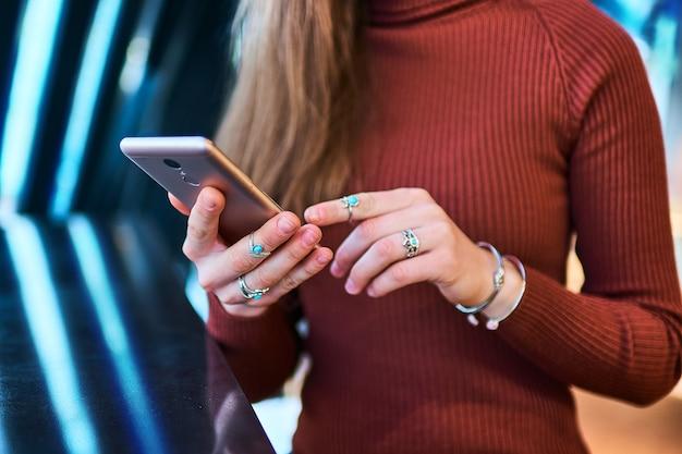 Pessoas inteligentes modernas usando dispositivos móveis na vida da mobilidade digital