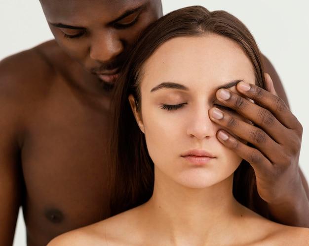 Pessoas inter-raciais com olhos fechados
