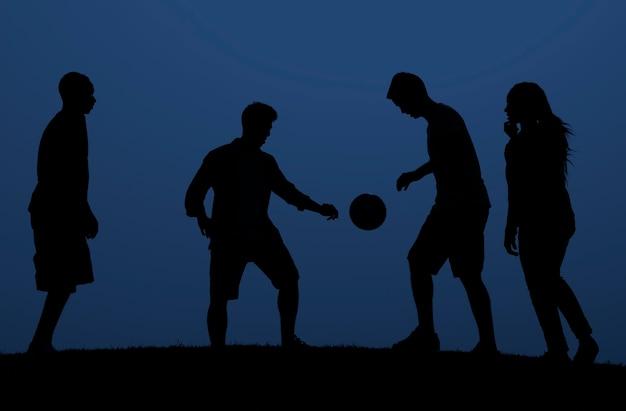 Pessoas jogando futebol