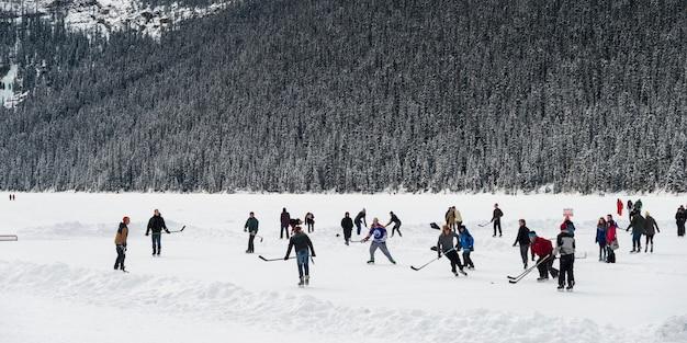 Pessoas, jogando hockey gelo, lago louise, parque nacional banff, alberta, canadá