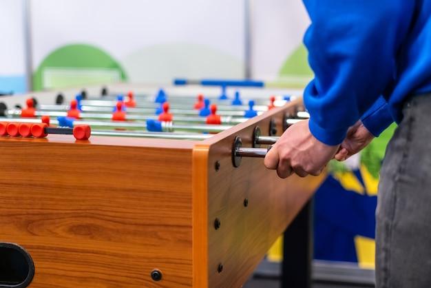 Pessoas jogando pebolim futebol de mesa - esporte de equipe, jogadores de futebol de mesa.