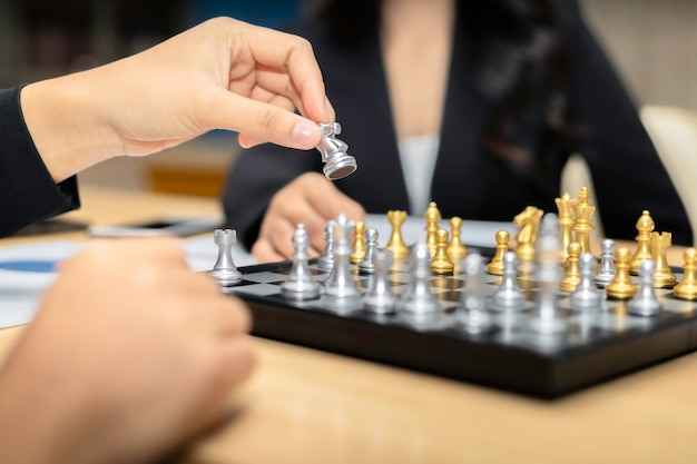Pessoas jogando xadrez