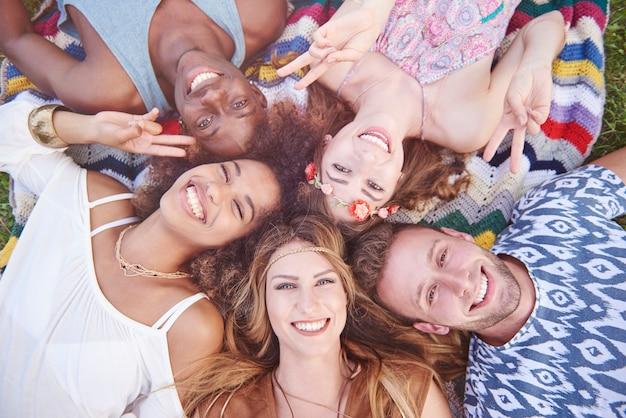 Pessoas jovens e alegres se divertindo juntos