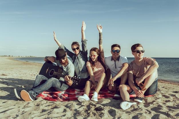 Pessoas jovens hipster em férias de verão