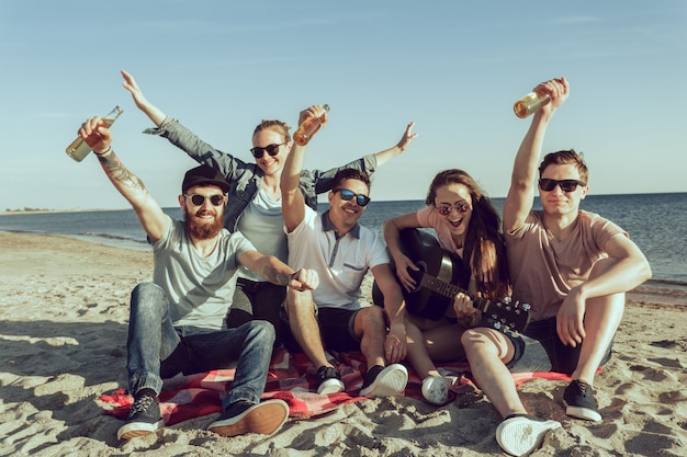 Pessoas jovens hipster nas férias de verão