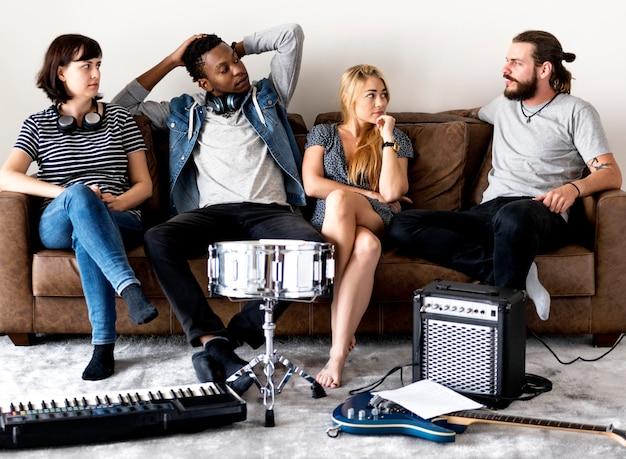 Pessoas juntas curtindo música