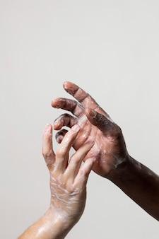 Pessoas lavando as mãos com sabão
