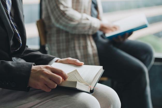 Pessoas lendo a bíblia sagrada. dois homens lendo um livro. professor e aluno lendo juntos.