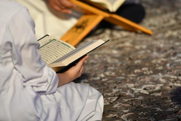 Pessoas lendo o sagrado alcorão