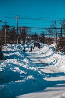 Pessoas limpando a estrada da neve