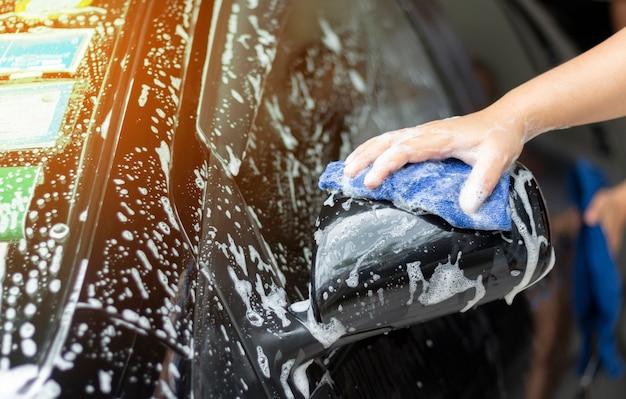 Pessoas limpando e lavando o carro