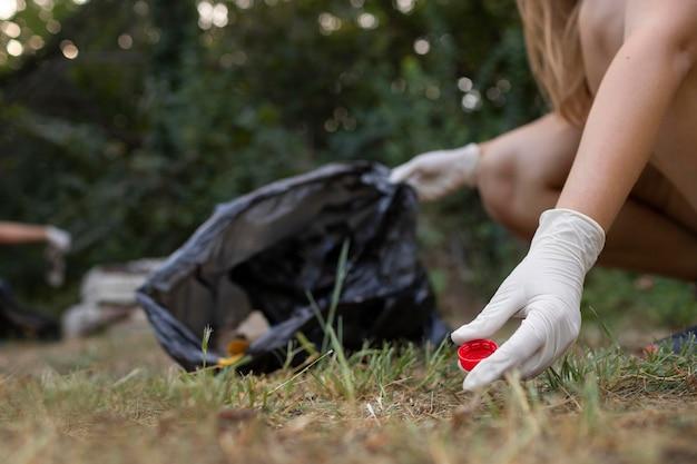 Pessoas limpando lixo da natureza