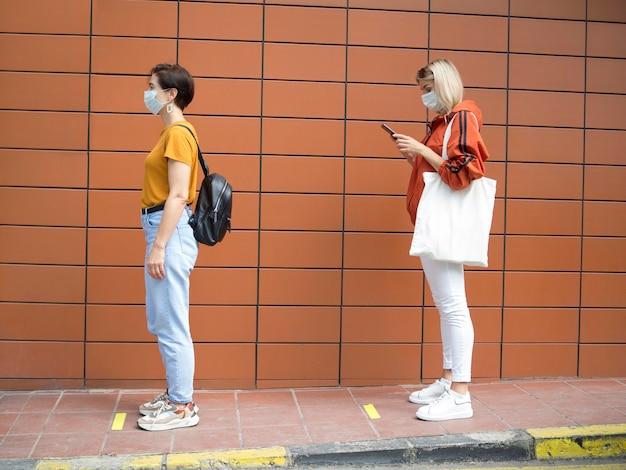 Pessoas mantendo o conceito de distância social