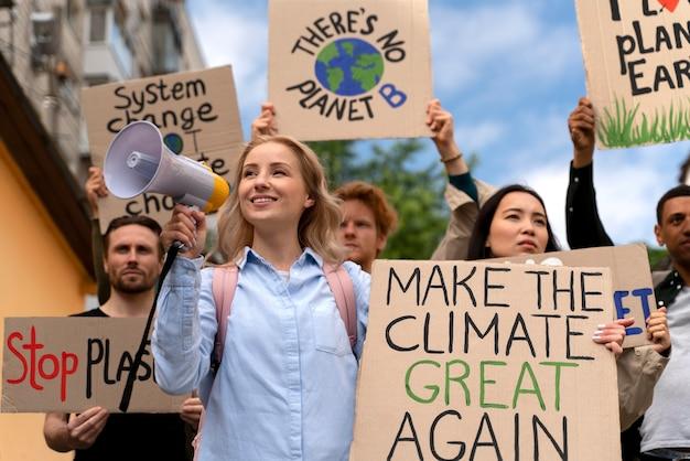 Pessoas marchando juntas em protesto contra o aquecimento global
