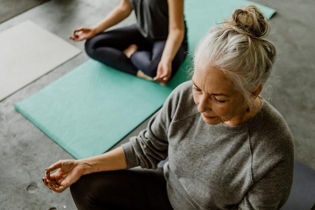 Pessoas meditando em uma aula de ioga