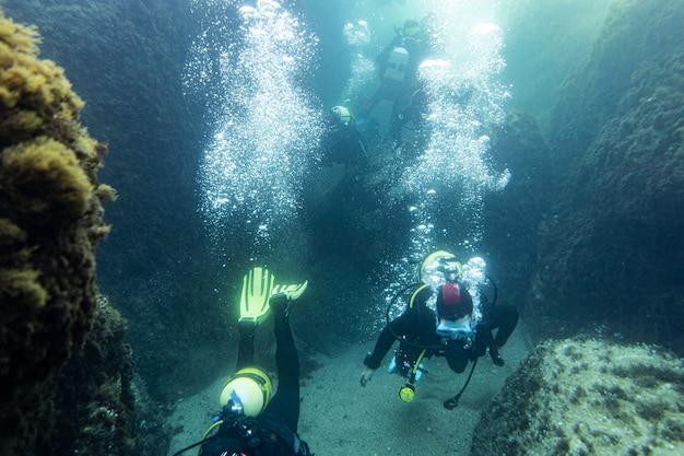 Pessoas mergulhando no fundo do oceano